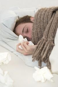 Pfeiffersches Drüsenfieber beginnt häufig mit grippeähnlichen Symptomen.
